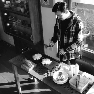 Kota van de Japanse winkel Shishi in Amsterdam maakt okonomiyaki op de Foodlingo Bijbel theesalon afgelopen februari; © Marjan Ippel