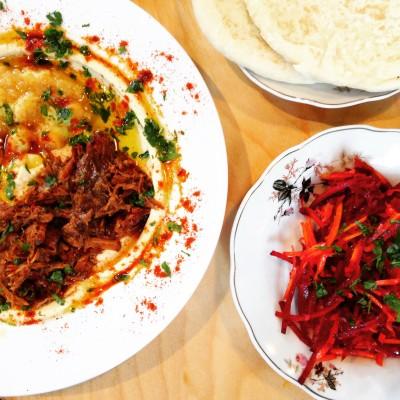 Hummus met zachtgegaard stoofvlees van Sir Hummus, Amsterdam; © Marjan Ippel