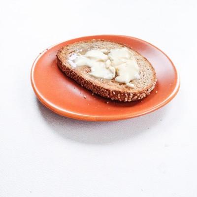 Huisgeroosterde toast van ambachtelijk desembrood door bakker Paul Année met boter; © Marjan Ippel