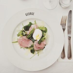 Chef Salad lamspastrami, asperge, munt, gepocheerd ei bij Parisian-bistro-New-York-style Café George, Amsterdam; © Marjan Ippel
