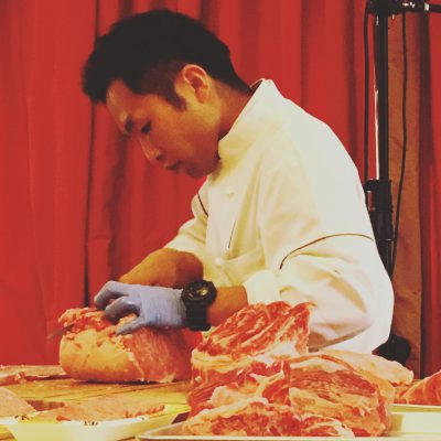 Japanse Wagyu meester snijdt de katsu voor de sando; © Marjan Ippel