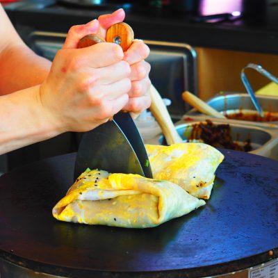 Jianbing bij 'Dumplings', Amsterdam; © Marjan Ippel