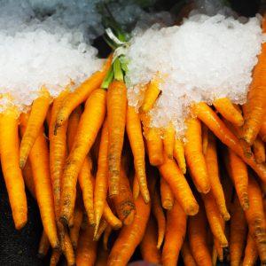 Naakte wortels onder ijs in een Newyorkse supermarkt; © Marjan Ippel